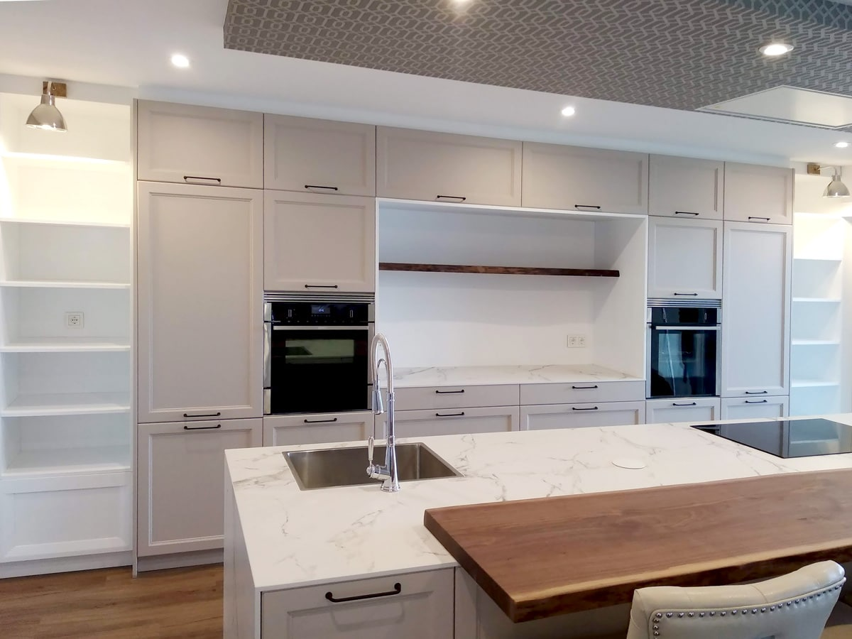Vista de cocina con zona para pequeños electrodomésticos
