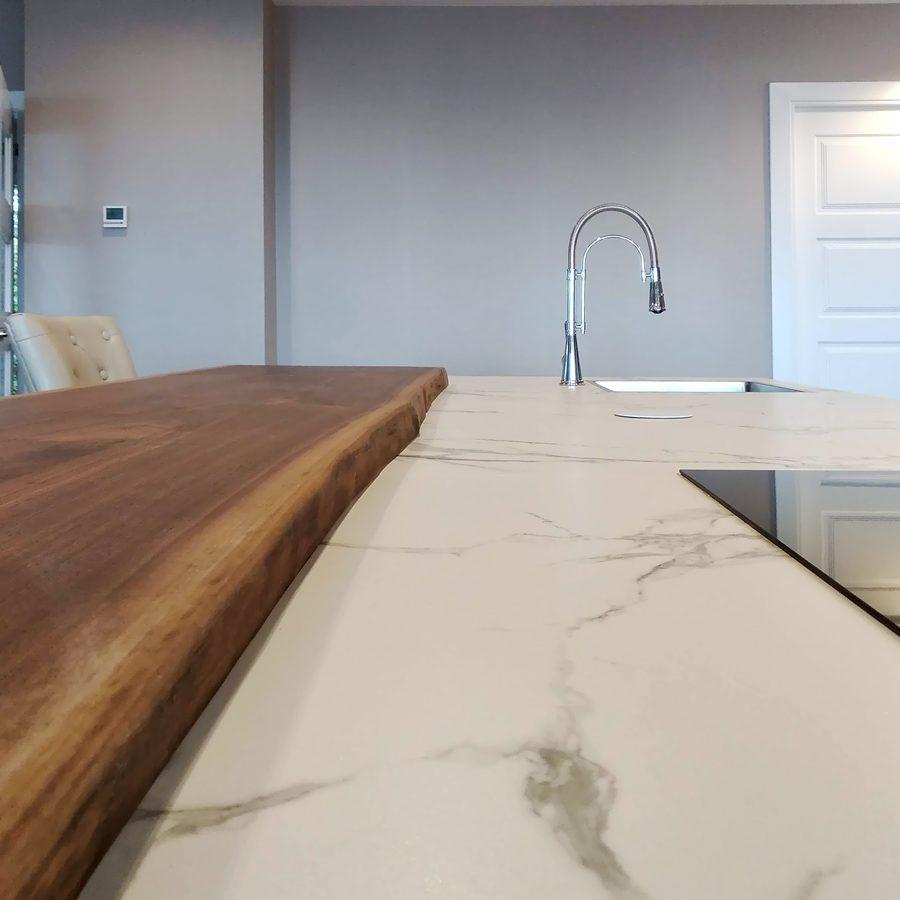 Vista de encimeras de cocina en colores blanco y madera combinados