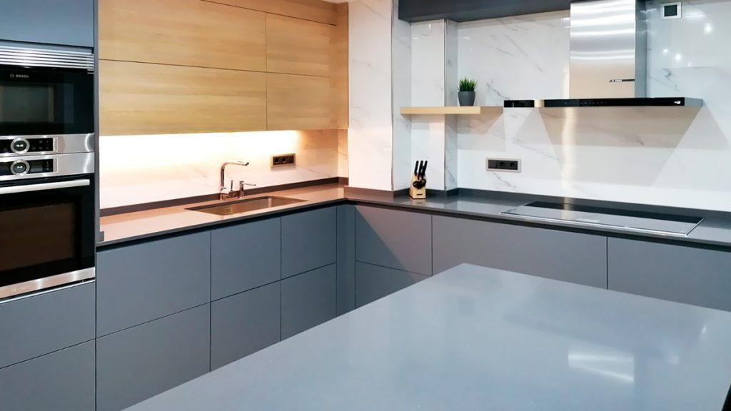 Cocina en L con isla, en colores gris y madera