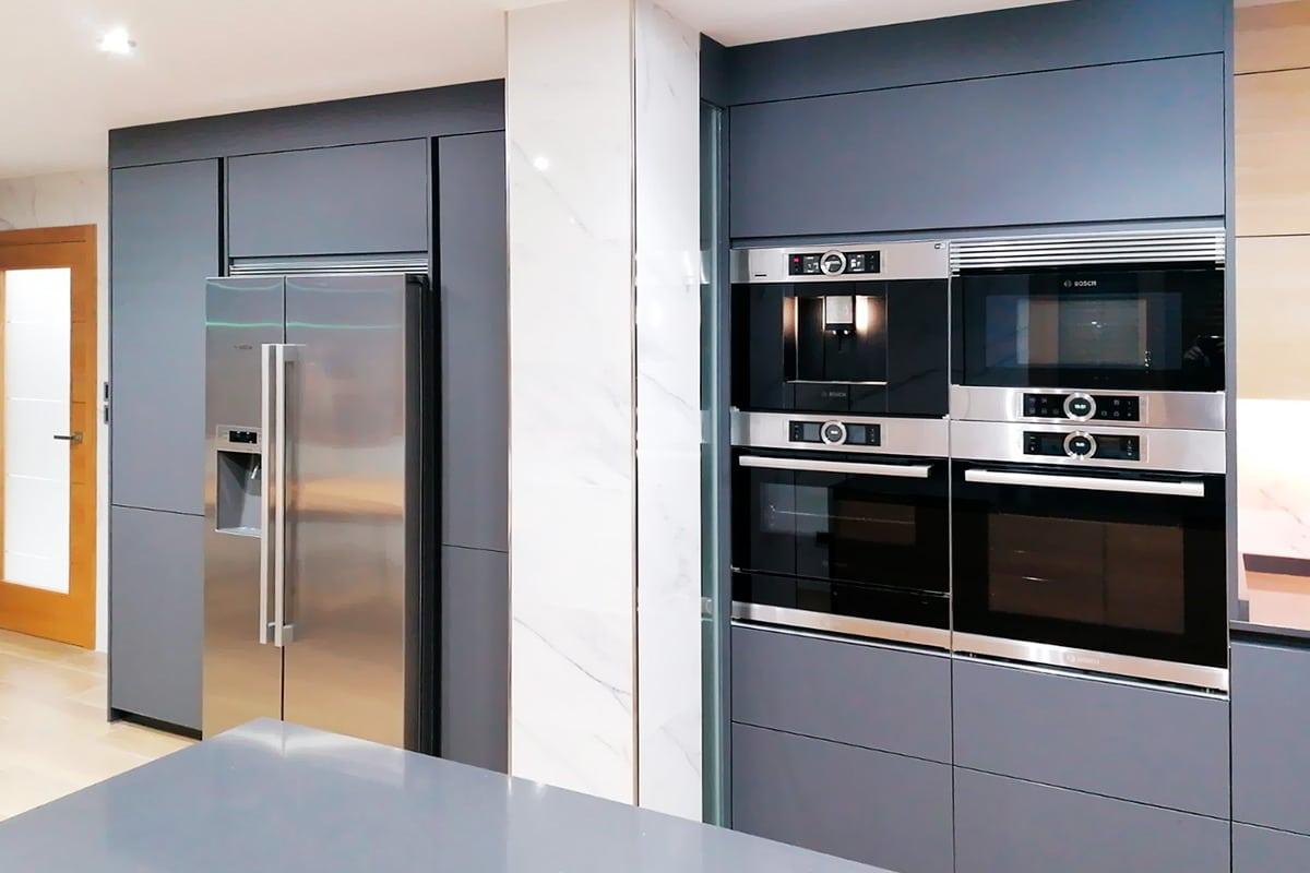 Cocina equipada con electrodomésticos: cafera, horno y horno microondas
