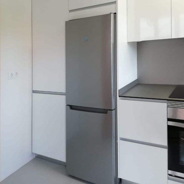 Mueble columna y frigorífico visto