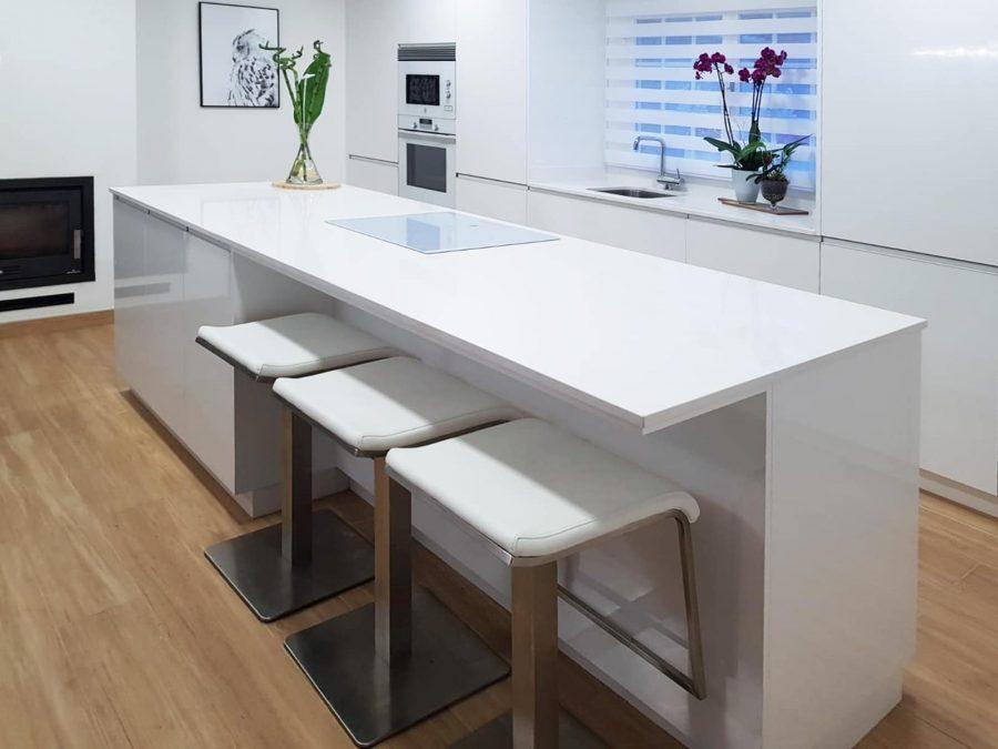 Isla de cocina en blanco brillo con parte en voladizo para taburetes