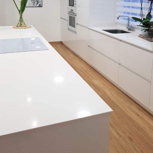Triángulo de trabajo en la cocina: placa, fregadero, frigorífico