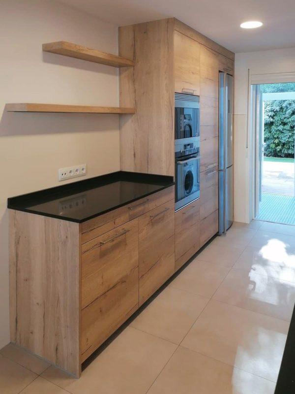 Frente de mueblas bajos y columnas en cocina clasica en madera con tirador
