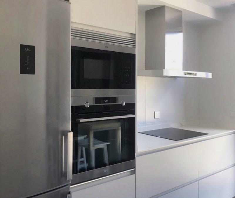 Zona de muebles columna frigo y horno-microondas
