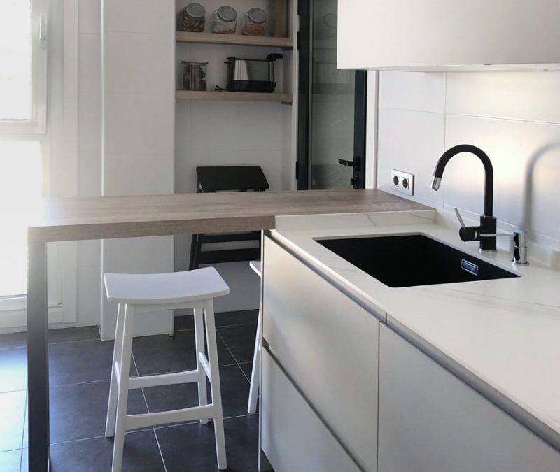 Cocina en color gris - vista de zona de fregadero negro y barra de desayuno