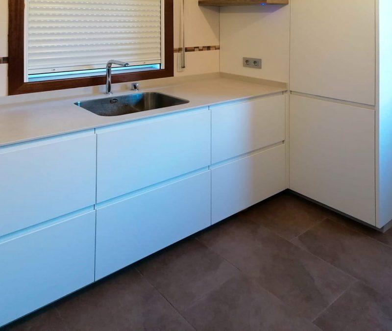 Frente de muebles bajos de cocina en color blanco
