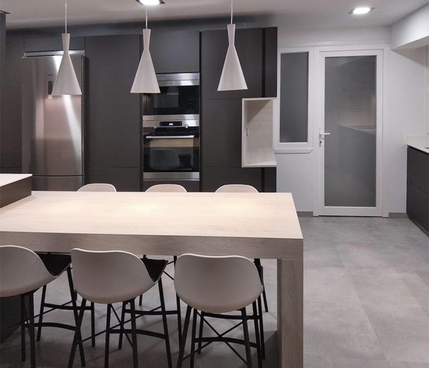 Barra de cocina en acabado Olmo blanco, en una cocina moderna gris