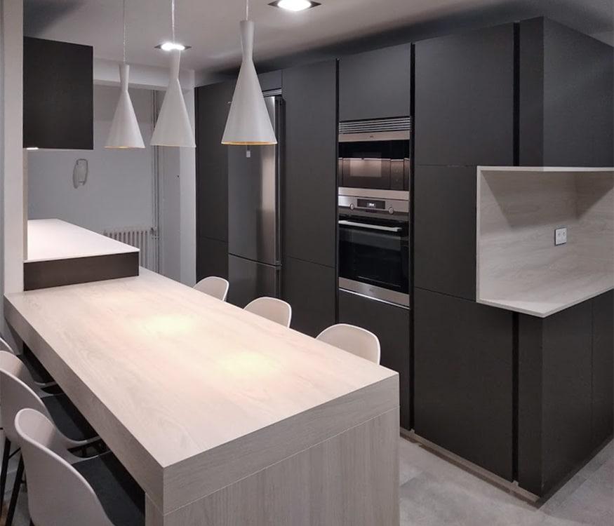 Muebles columna en color gris con Sistema Logica de Senssia