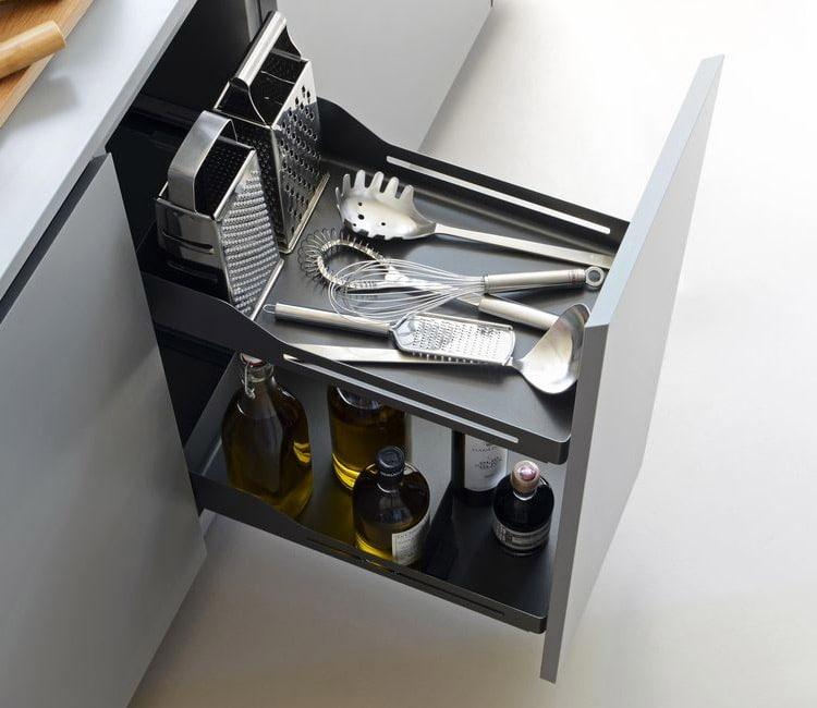 Mueble bajo extraíble para mantener el orden en la cocina de botellas, espumaderas y otros utensilios