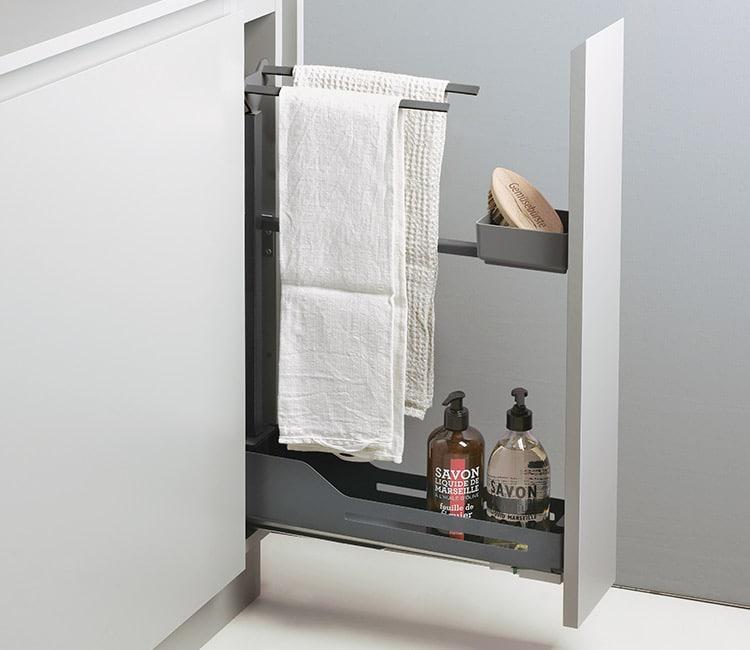 Bajo extraíble con accesorios para paños, toallas, estropajo, jabón, etc.