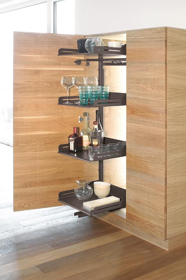 Mueble columna extraíble despensa con botellas y copas ordenadas