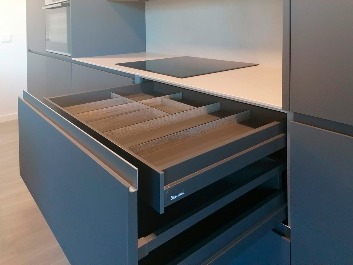 Mueble bajo de cocina con cajón interior con cubertero