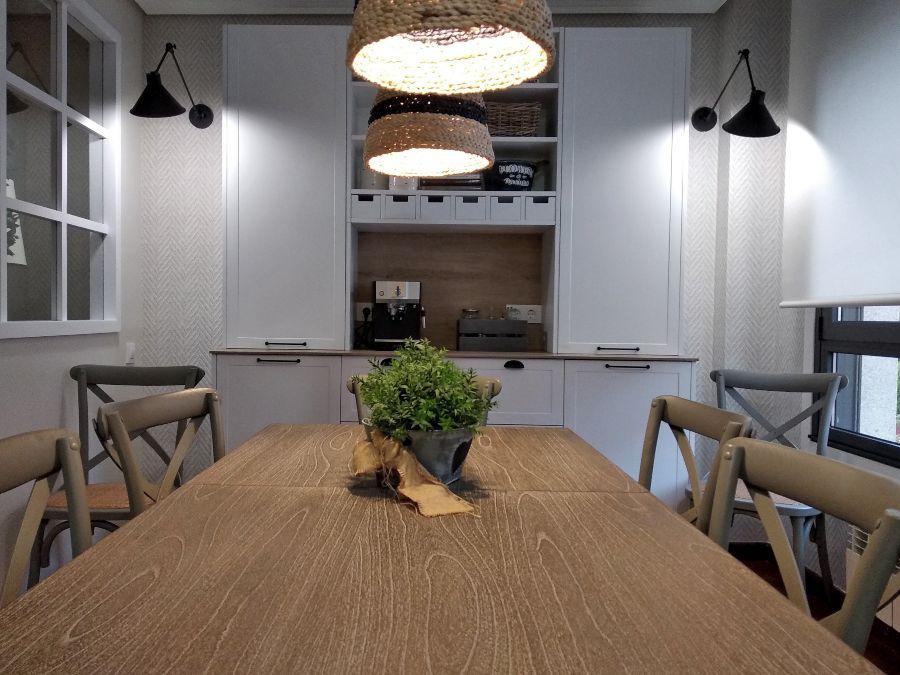 Mesa de comedor de madera con aparador de cocina estilo rústico en color blanco mate y puerta con marco Senssia