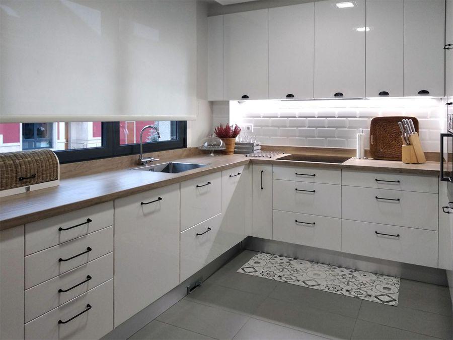 Ampliación de cocina en color blanco brillo con tiradores en asa y cazoleta y encimera en porcelánico