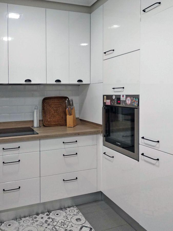 Detalle de ampliación de cocina. Rincón en el que se encuentran muebles bajos, altos y columna, todos en color blanco brillo